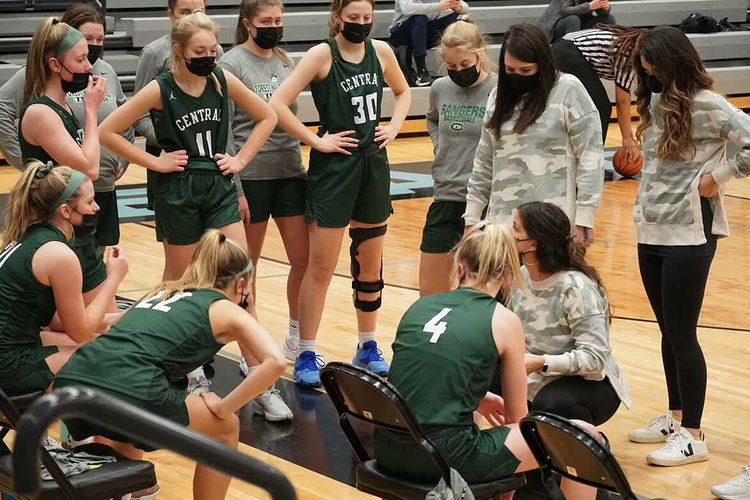 Girls varsity basketball faces ups and downs throughout 2021 season, finishes 7-6